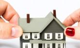 twee handen trekken aan een huis
